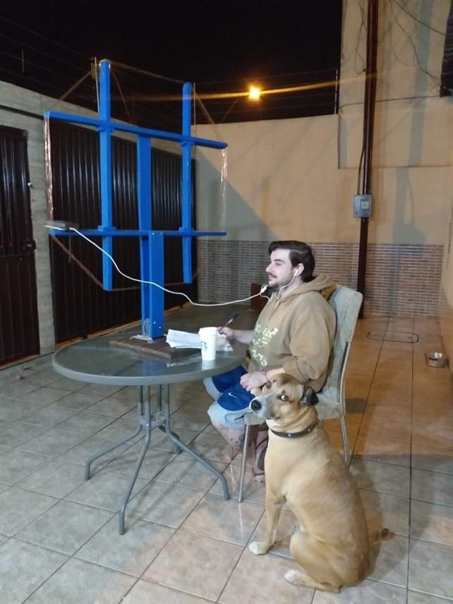 """Martin Butera en plena escucha, junto a su perro """"Narguile"""", otro apasionado de las ondas."""